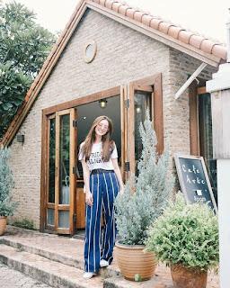 Penampilan Tampak Stunning dengan Celana Kulot Stripe dan T-shirt