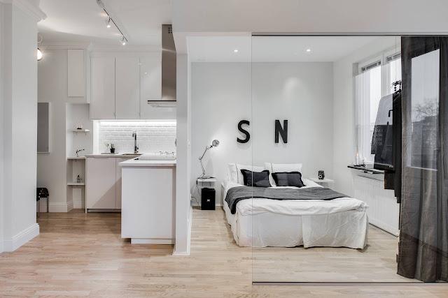 Alb, negru și un perete de sticlă într-o garsonieră de 31 m²