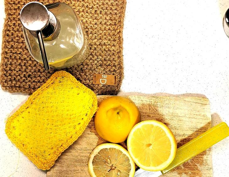 Spülschwamm aus gelbem Obstnetz mit Zitronen und Seifenspender