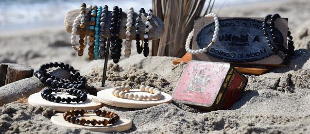 إكسسوارات من الخرز مصنوعة يدوياً على الشاطئ