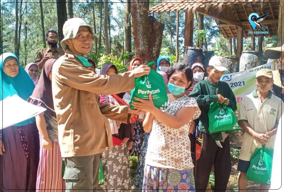 Jelang Lebaran, Perhutani Bagikan Bingkisan Sembako ke 4.700 Penyadap Getah Pinus