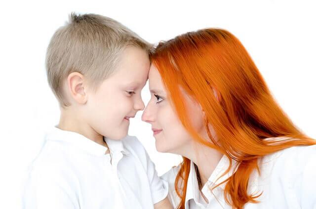 una madre cercana evitará que su hijo mienta