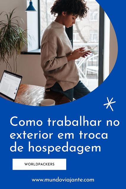 poster azul escrito como trabalhar em troca de hospedagem no exterior