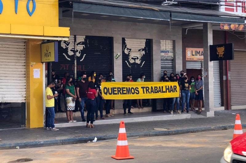 Com faixa 'Queremos Trabalhar', comerciantes de Petrolina protestam no primeiro dia de quarentena mais rígida