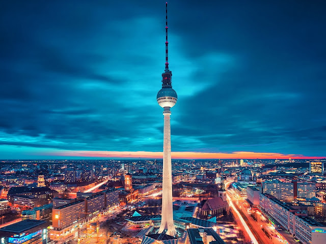 Suba à Torre Berliner em Berlim