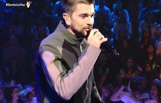 Juanes canta Fuego con el Equipo Manuel la voz