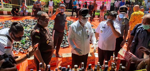 Sekda Lakat Hadiri Pemusnahan barang bukti Minuman Keras