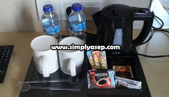 TELITI : Hanya Coffee Maker dan MUG gelas dalam foto ini yang TIDAK BOLEH anda bawa pulang sebagai oleh oleh. Property Hotel.   Sedangkan creamer, gula, kopi, teh, air mineral yang sifatnya COMPLIMENTARY boleh anda bawa pulang.  Foto Asep Haryono