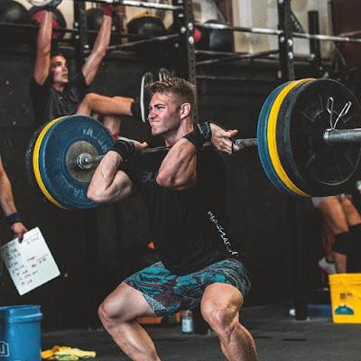 alfa-musko-podizanje-tegova-jacina-tela-takmicenje-nagrade-izdrzljivost-misici-snazne-noge