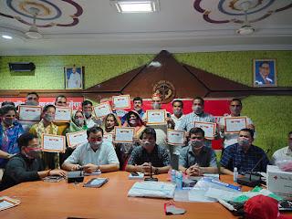#JaunpurLive : जिलाधिकारी ने कोविड-19 के दौरान उत्कृष्ट कार्य करने वाले सदस्यों को प्रमाण पत्र देकर किया सम्मानित