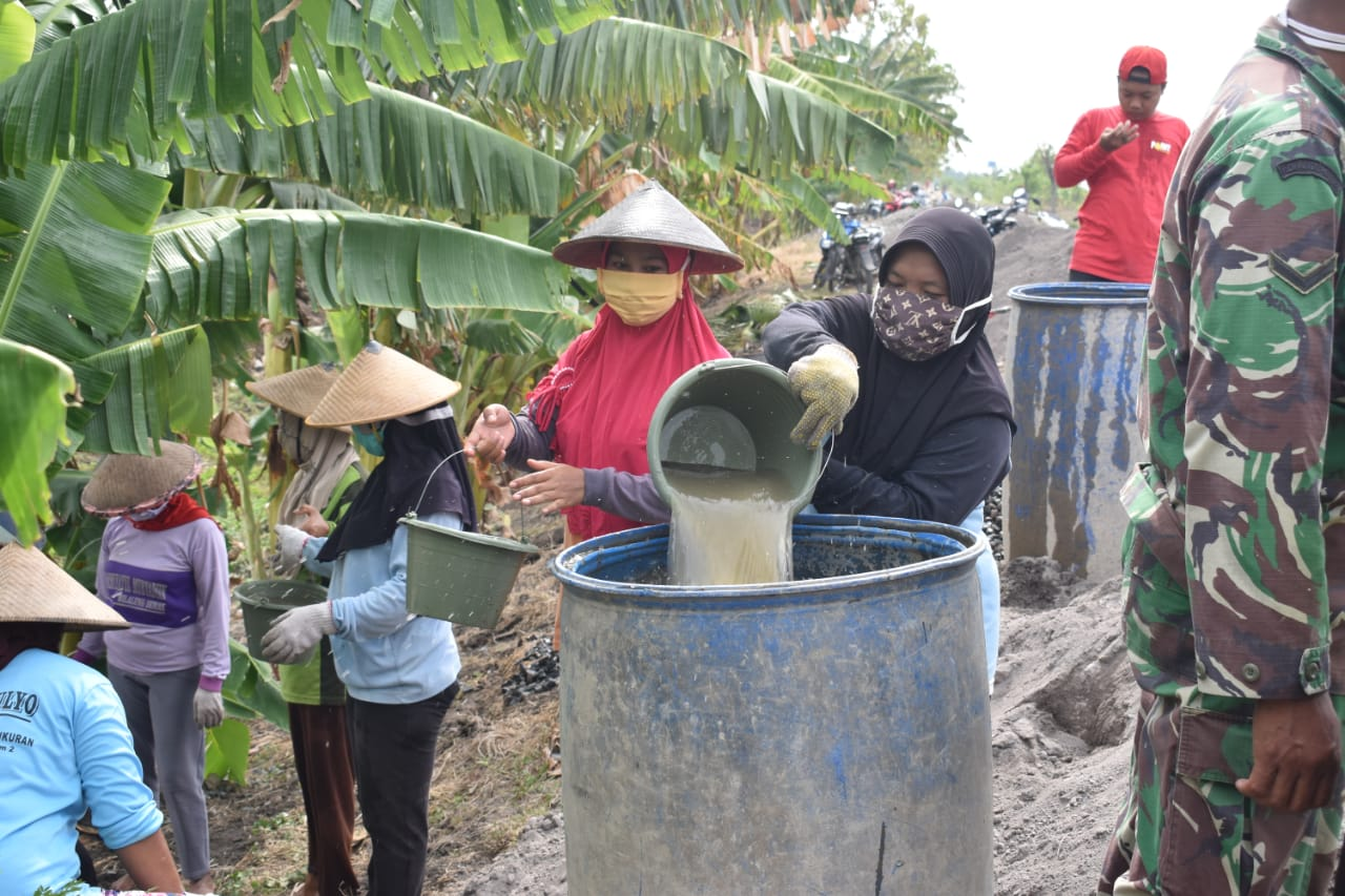 Bersama Prajurit TNI, Puluhan Ibu-ibu Ikut Pengecoran Jalan Beton di Kecamatan Dempet