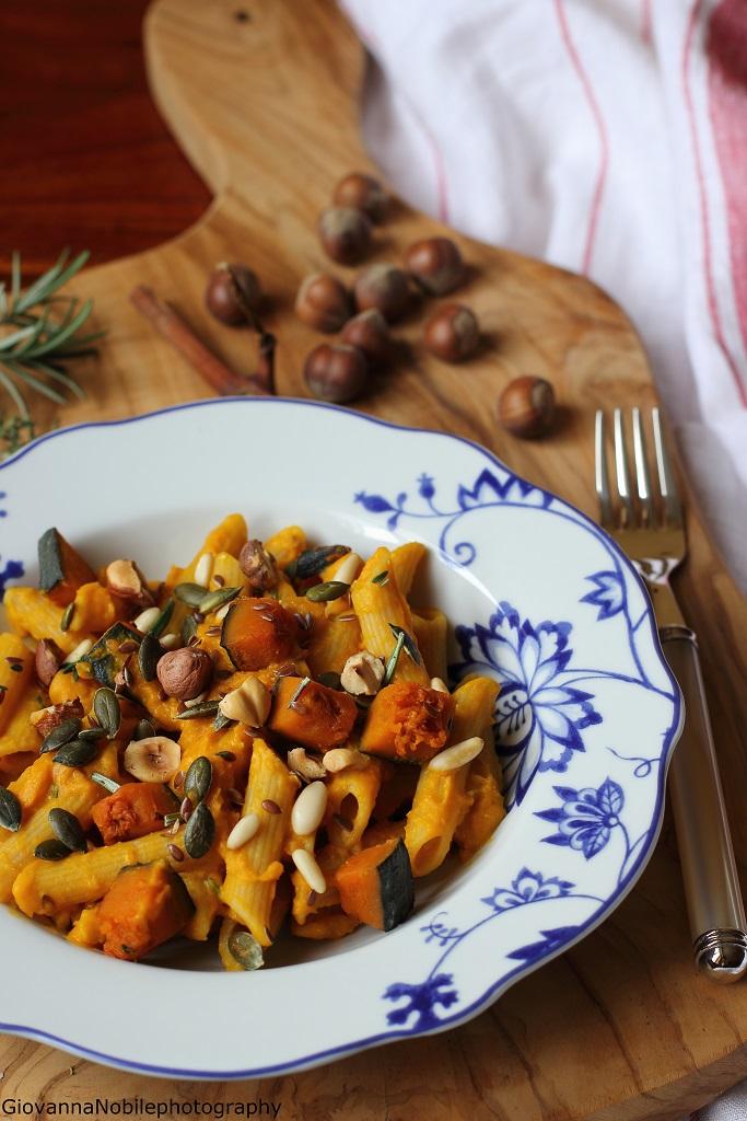 Penne ai ceci con crema di zucca, semi di zucca e lino, pinoli e nocciole