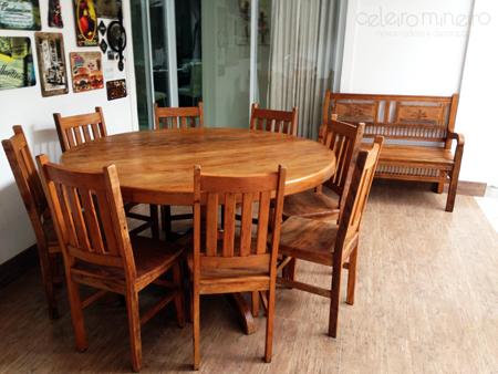 mesa rústica de madeira de demolição redonda com pé central torneado
