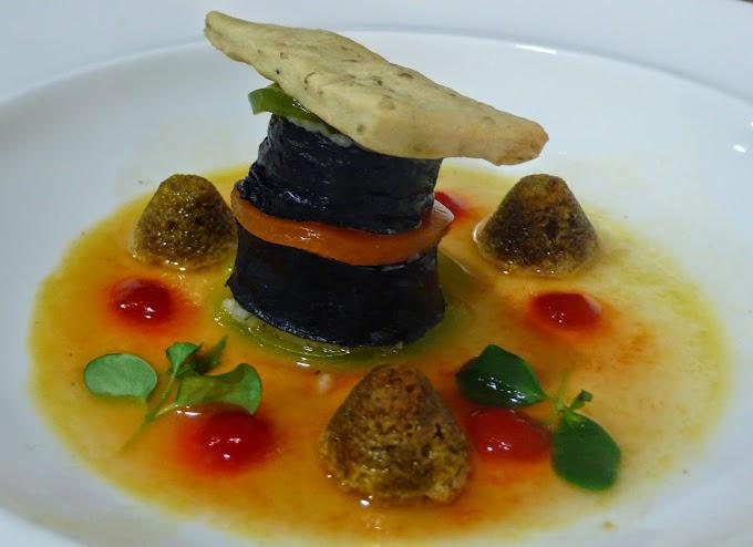 Maki de cordero de Extremadura escabechado sobre coca de sésamo, crocante de soja y gelatina de verduras