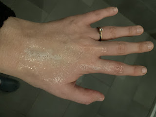 Utilisation du pain de toilette aux protéines de riz sur la main