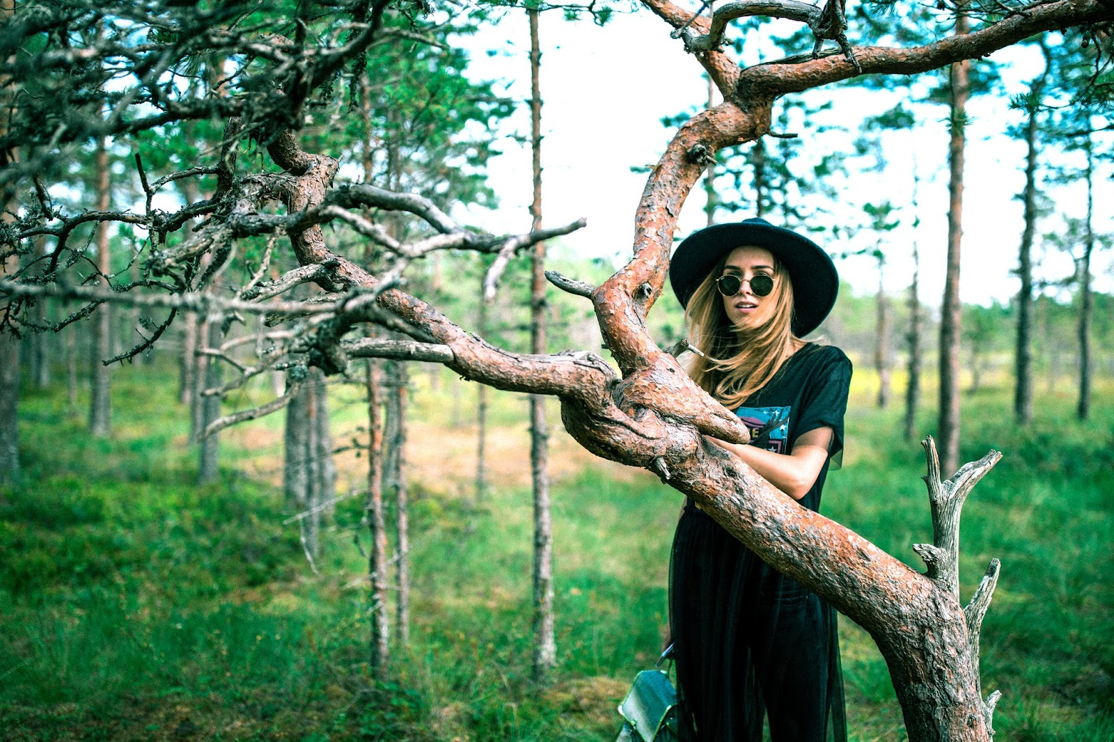 black felt fedora round sunglasses band tee outfit