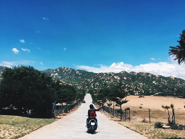 Đồi cát Mũi Dinh cách trung tâm thành phố Phan Rang - Tháp Chàm (Ninh Thuận) khoảng 30 km theo hướng nam. Bối cảnh chính trong bộ phim Dấu chân du mục nổi tiếng một thời hấp dẫn du khách bởi khung cảnh hoang sơ với bãi cát vàng và những hòn núi đá bí ẩn. Tới đây, bạn sẽ được trải nghiệm dạo quanh sa mạc trên chiếc máy cày thú vị.