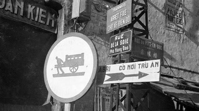 Biển báo treo ở góc phố Hàng Đẫy và phố Câu Gô