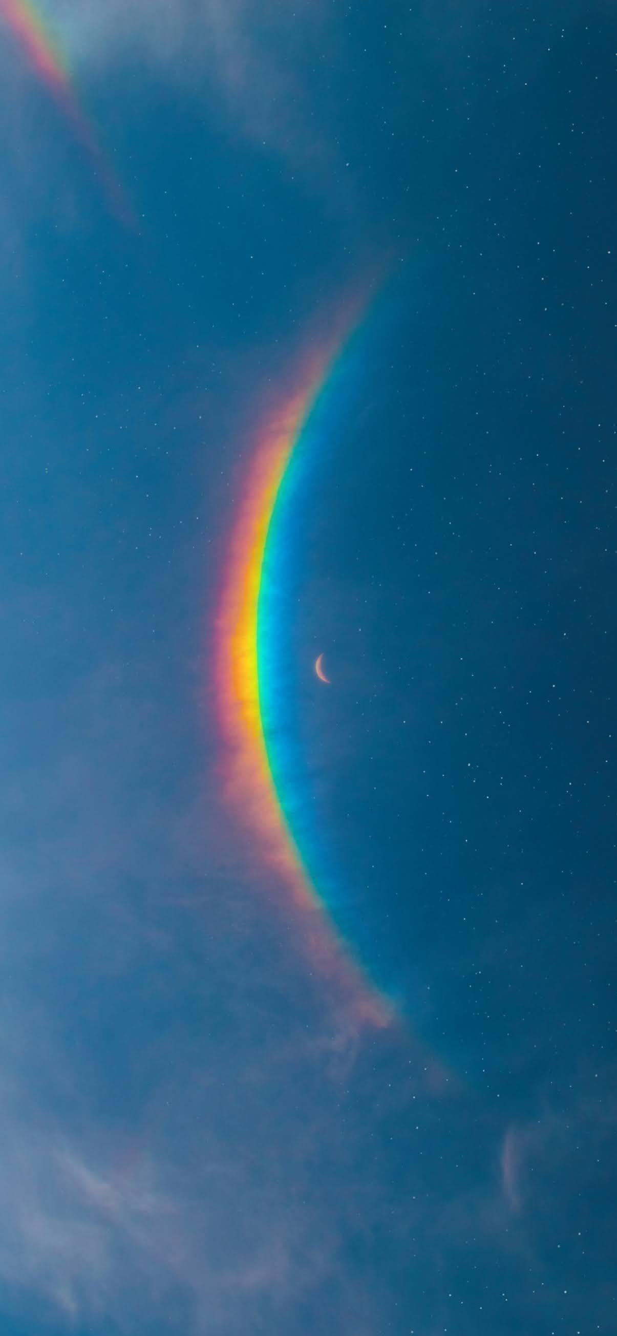 Ánh trăng trên bầu trời đầy sắc màu với cầu vòng siêu đẹp