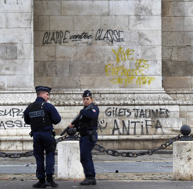 ANTIFA=GILETS JAUNES scrawled on Arc de Triomphe Dec 1, 2018