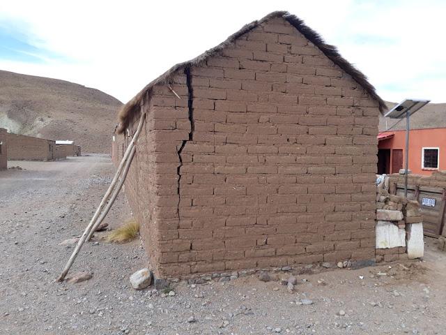 Die Hausmauer scheint einzustürzen. Man stützt sie einfach mit zwei Pfosten ab und wohnt weiterhin in der Hütte. Hoffentlich geht das gut! Würdet Ihr in so einer abgestützten Lehmhütte auch so ruhig wie unsere Leute schlafen?