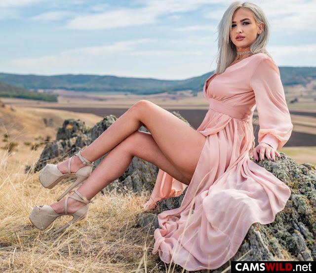 camswild-kyliejones-platinum-blonde-outdoors-in-pink-dress-and-dark-gray-high-heels