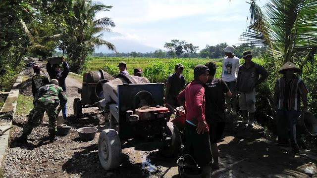 Babinsa Dan Masyarakat Semangat Bergotong Royong Membangun Desa
