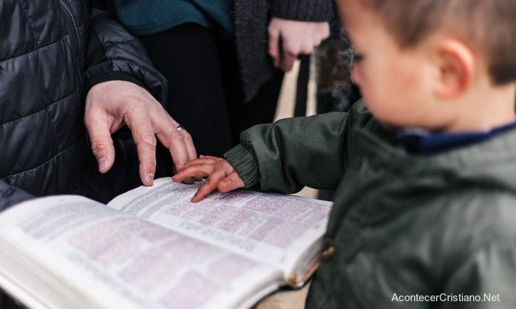 Madre enseña Biblia a su hijo