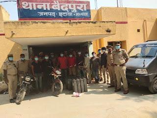इटावा पुलिस द्वारा लूट की योजना बनाते हुए शातिर गिरोह के 8 अभियुक्तों को चोरी  के वाहन व अवैध असलाहों सहित गिरफ्तार किया