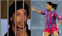 الساحر رونالدينيو  يقود فريق لكرة القدم ببطولة داخل السجون