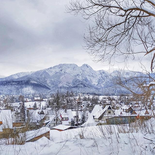 Tatry, widok z Zakopanego na góry, zima na Podhalu