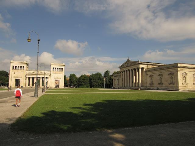Propyläen com a Glyptothek na Königsplatz O que ver em Munique nazismo Alemanha