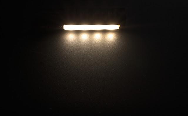 Wiązka światła generowana przez boczny reflektor w latarce Lumintop EDC05C