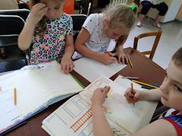 Девочки рисуют школьный лагерь Усмішка НВК № 59 бібліотека-філія №4 М.Дніпро