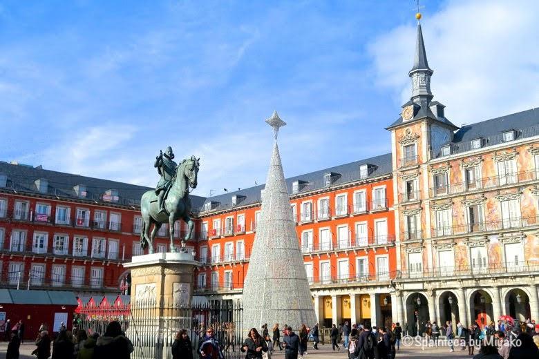 クリスマスツリーが設置されたマドリードのマヨール広場
