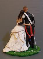 Statuine sposi abbracciato per torta matrimonio personalizzata uomo in divisa sposa in abito avorio orme magiche