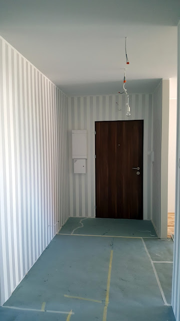 ściana w pasy, tapeta biało-szata-pasy