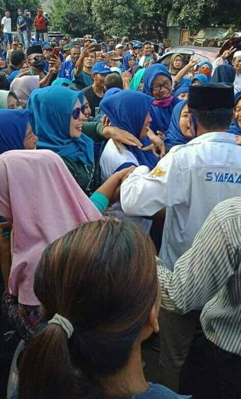 Badai Biru Goncangkan Ambalawi..! SYAFAAD Diserbu Emak Emak