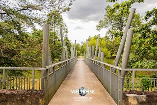 Künstlerische Brücke im Urban Orchard Park in Kuala Lumpur. www.WELTREISE.tv