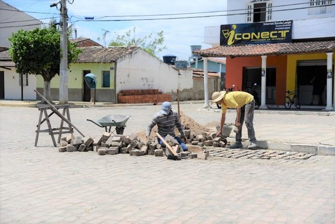 Homens trabalham na recuperação de pavimentação em Novo Paraíso
