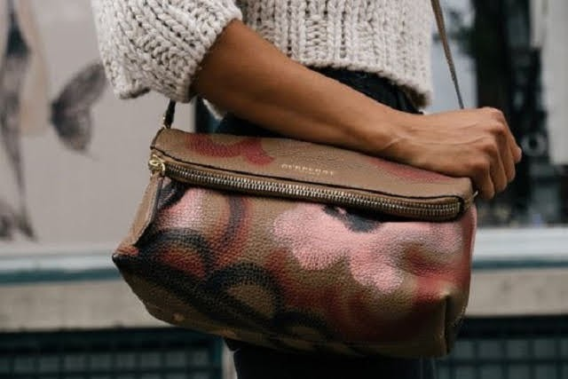 Como você carrega sua bolsa fala muito sobre você