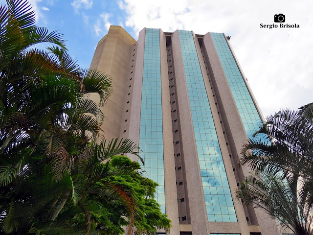 Perspectiva inferior da fachada do Hotel Grand Mercure São Paulo Ibirapuera - Ibirapuera - São Paulo
