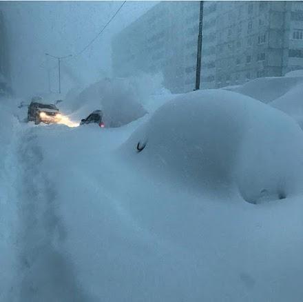 Απίστευτα ύψη χιονιού στο  Νορίλσκ της Ρωσίας (photos&video)