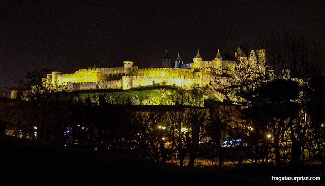 Cidadela medieval de Carcassonne iluminada à noite