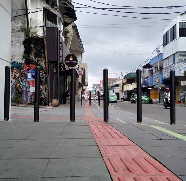 Bola Beton Mirip Jeruk Berwarna Oranye di Trotoar Semarang Ini Juga Bollard