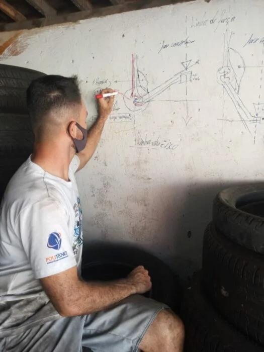 Brasileño estudia su carrera en las paredes de su taller