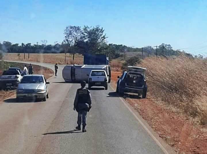 Acidente de trânsito entre caminhão e caminhonete em Arenápolis