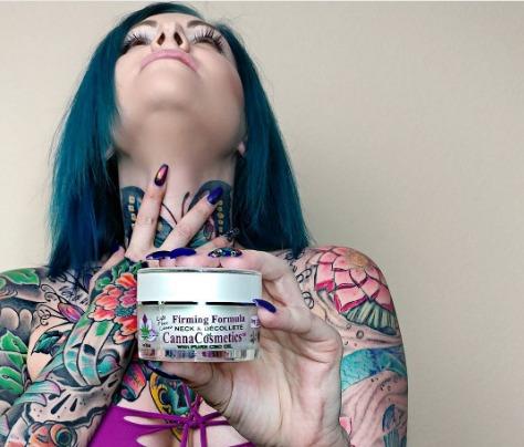 vemos a la modelo de instagram @Pandora.blue anunciando cremas