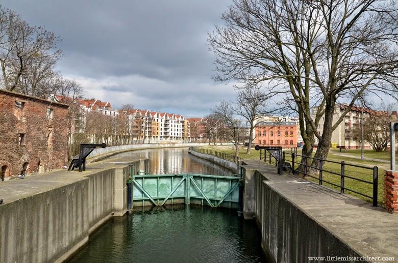 dolne miasto gdańsk, kamienna śluza, kamienice, architektura