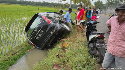 Hilang Kendali, Satu Unit Mobil Toyota Avanza Terperosok ke Parit Sawah